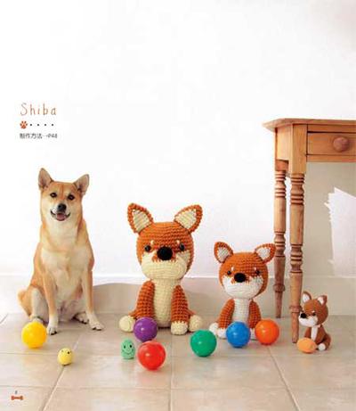 装饰小物件的袖珍狗 狗
