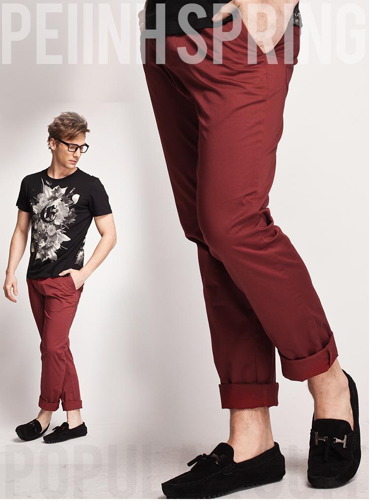 男生酒红色裤子搭配;