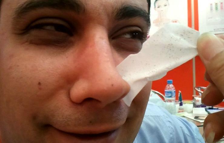 3,等12分钟左右,鼻子干干的里面干透了,不湿润了,就慢慢的吧鼻贴撕