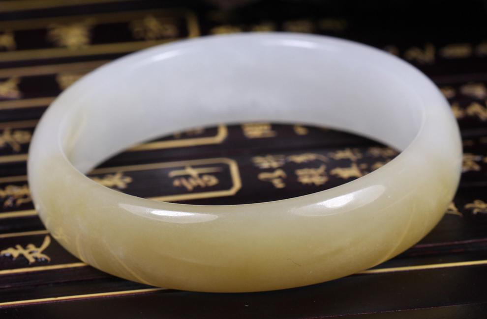 品 牌:玖合玉器 造 型:圆形 材 质:和田羊脂玉 款 式:手镯 重 量:约4
