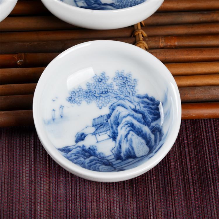 手绘青花瓷,是在素烧而成的坯上,通过拍图,手工构线,混水 ,经过1350