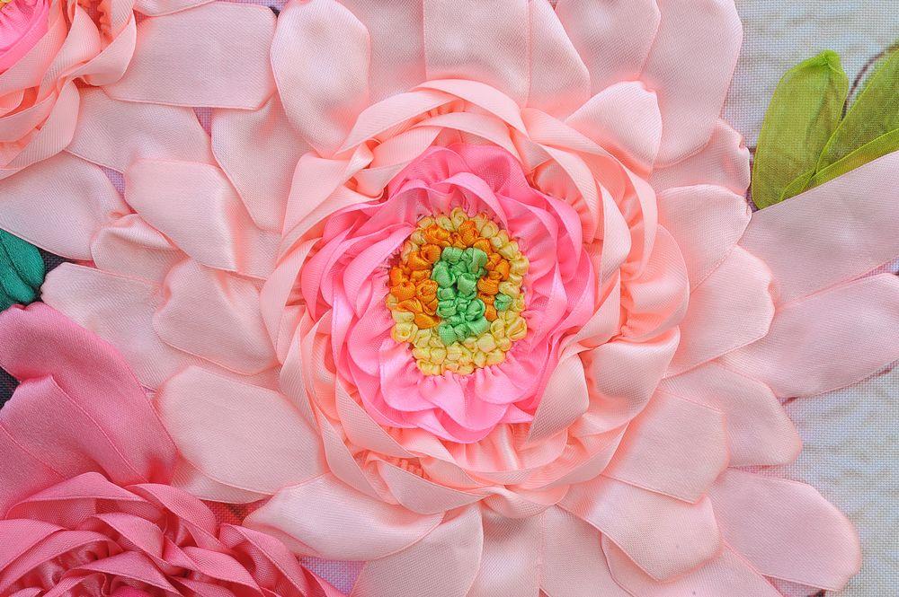 花开富贵孔雀牡丹图: 尺寸:210x90cm        布料:彩印绣布 适合悬挂