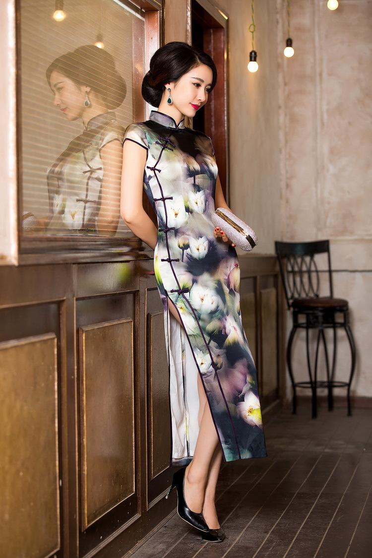 美女旗袍开叉到腰