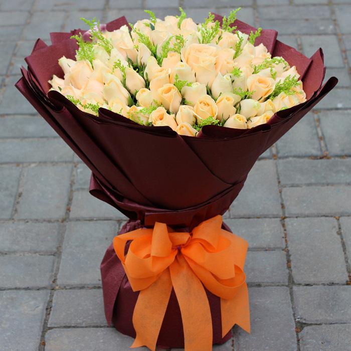 花材:99朵香槟玫瑰,绿材搭配,深色手揉纸包装圆形花束