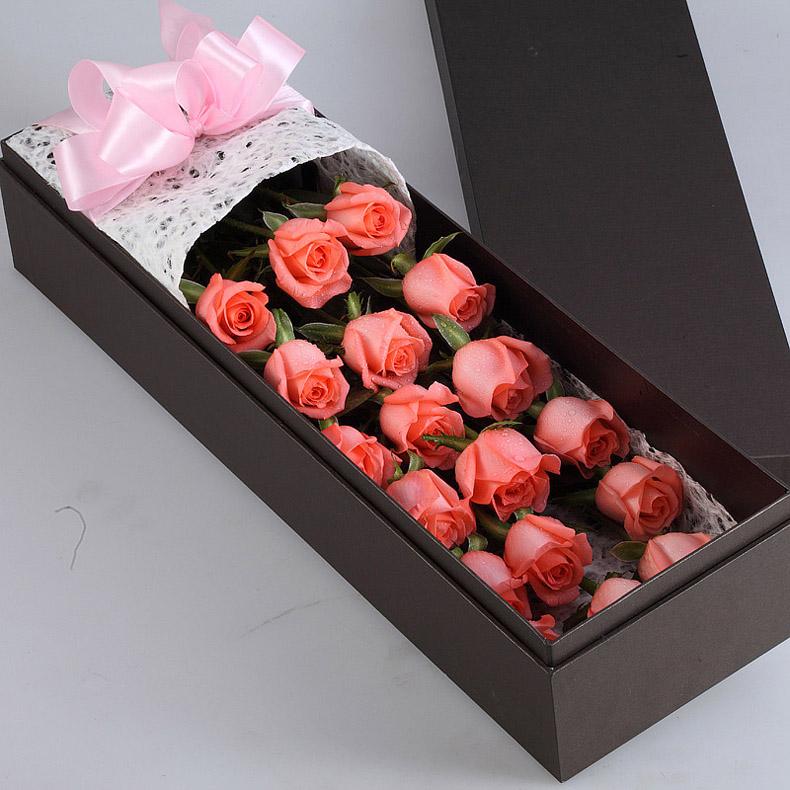玫瑰19朵,加拿大黄莺搭配 包 装 白色网包装,蓝色蝴蝶结束扎,粉长方形