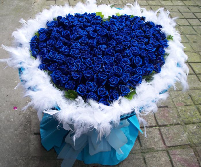 花材:99朵蓝色玫瑰(染色玫瑰),羽毛围绕,蓝色纸包装圆形花束