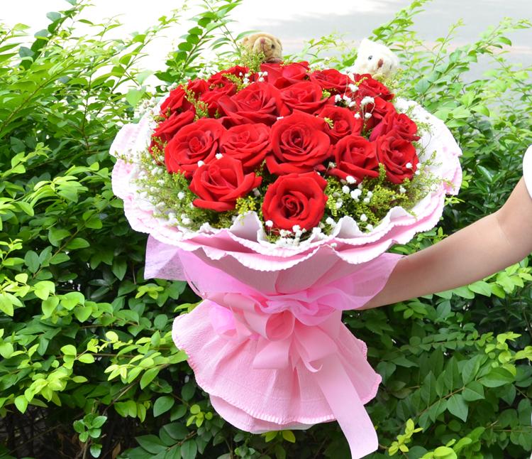 花材:19只红玫瑰 黄莺 满天星  内层白色卷边纸 外层粉色卷边纸圆形包