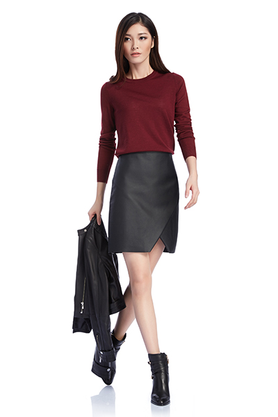 搭配:酒红色圆领针织衫,流露低调女人味,不规则皮裙及系带靴的组合,注
