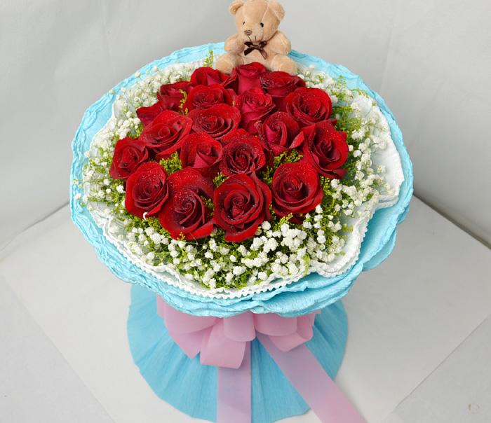 19朵红玫瑰,配材围绕,浅色纸内,外水蓝色纸包装圆形花束,精美蝴蝶结.