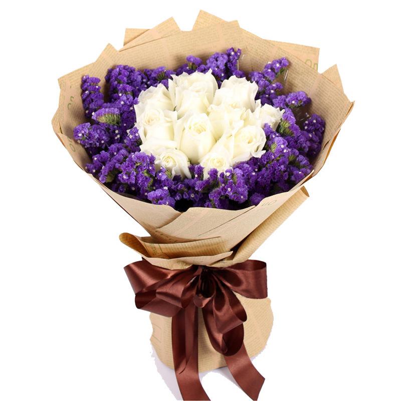 花材:11朵白玫瑰 周边勿忘我,黄色英文报纸包装包纸圆形包装