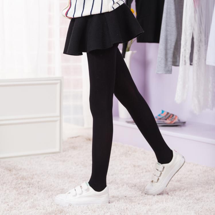 小学生穿着白色连裤袜