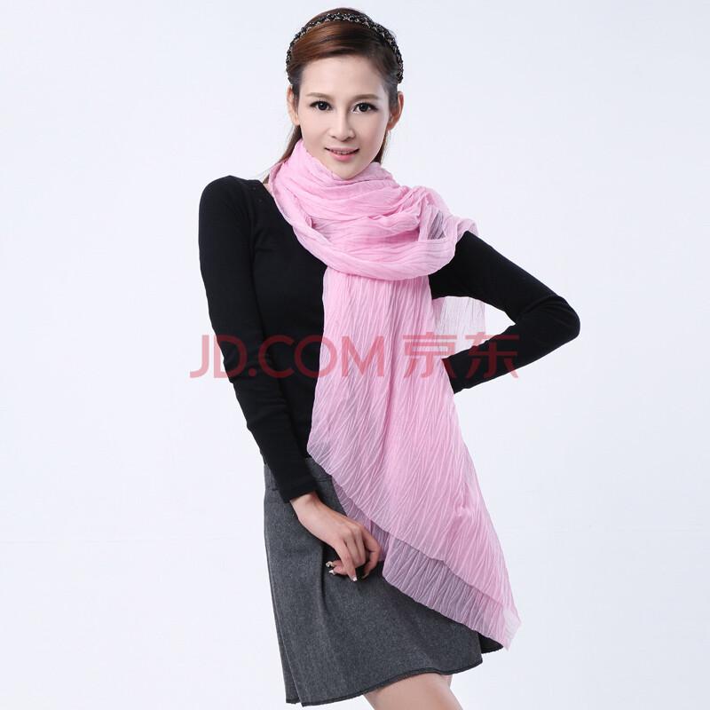 浅粉色围巾搭配