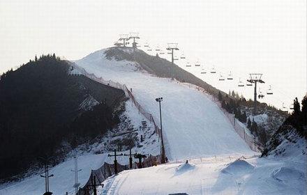 【青岛胶南清闲庄园滑雪场滑雪票1张】清闲庄园滑雪场位于青岛西海岸