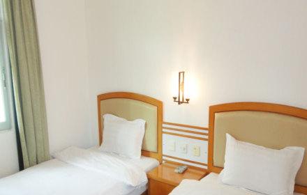 """宾馆位于大鹏半岛最南端的深圳东部""""黄金海岸"""",""""中国八大最美海滩之一"""