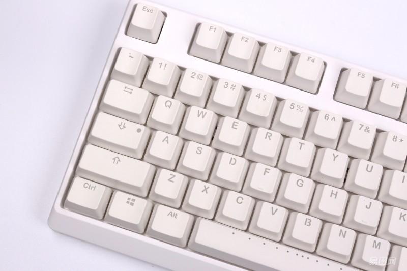 空格键上一个黑色魔力鸭的logo,在黑色键盘上市一个白色的logo.