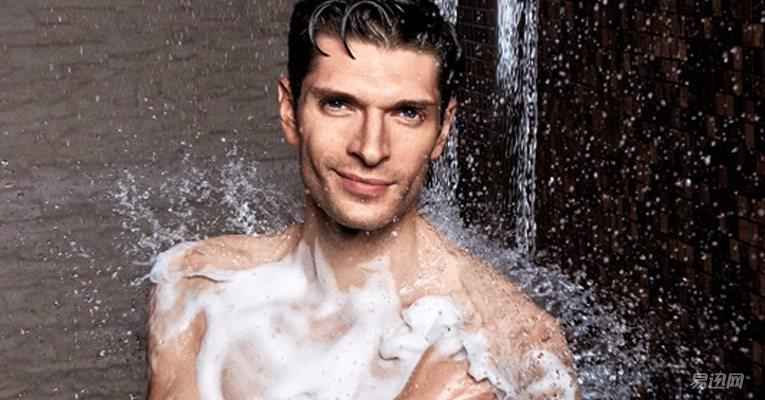 男人洗澡正面全身