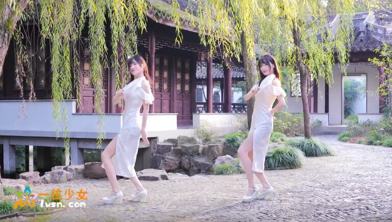 b站超漂亮一对双胞胎姐妹花@果哝双子,古风舞翻跳《芒种》,这飘逸的旗袍爱了_图片 No.3